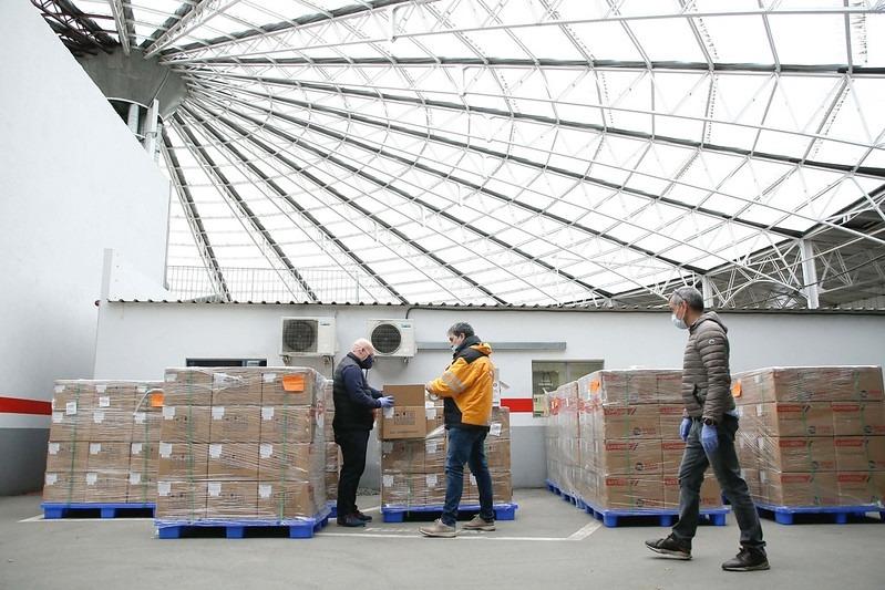 Treballadors del COEX supervisant els testos que han arribat aquesta tarda.