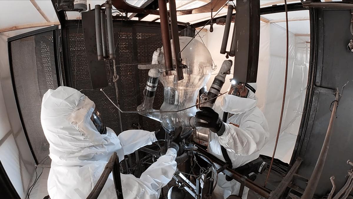 Netejant una vàlvula amb l'equipament que els tècnics havien de vestir a l'interior de la bombolla.