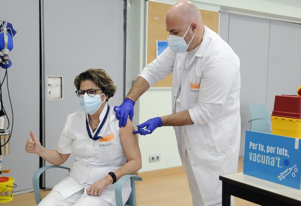 Una de les professionals del Cedre, en el moment de rebre la vacuna, aquest matí.