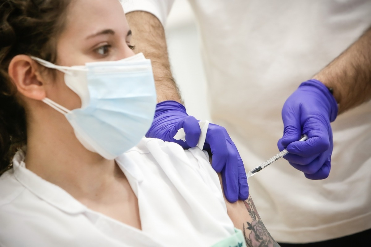 Personal sanitari rebent la segona dosi de la vacuna.