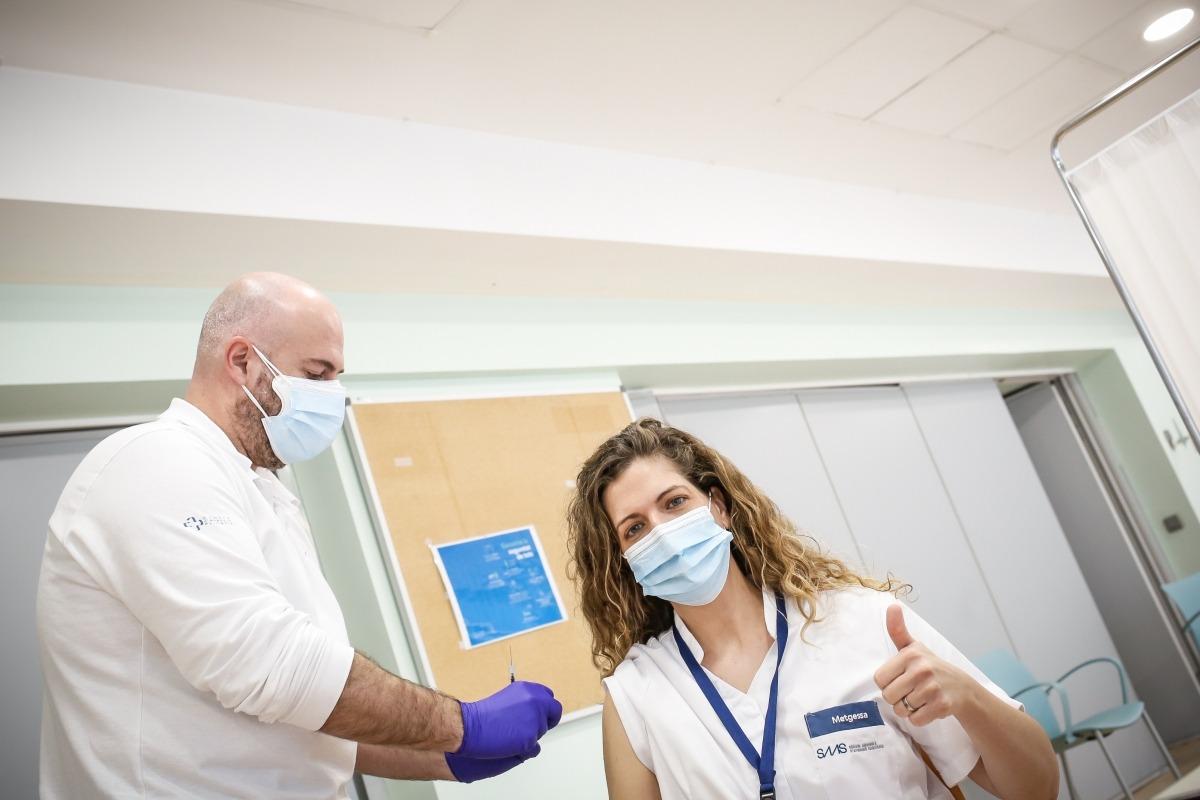 La docotra Eva Heras rep la segona dosi de la vacuna.