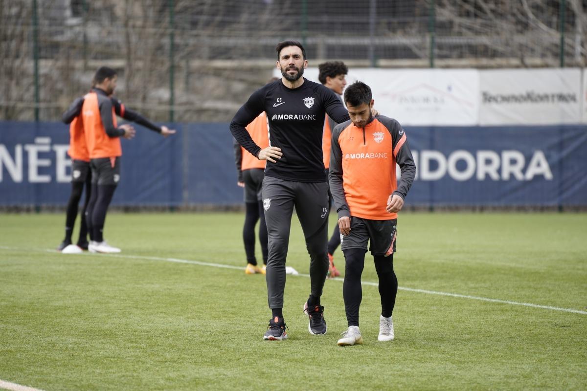 Eder Sarabia xerra amb l'extrem David Martín. Foto: FC Andorra