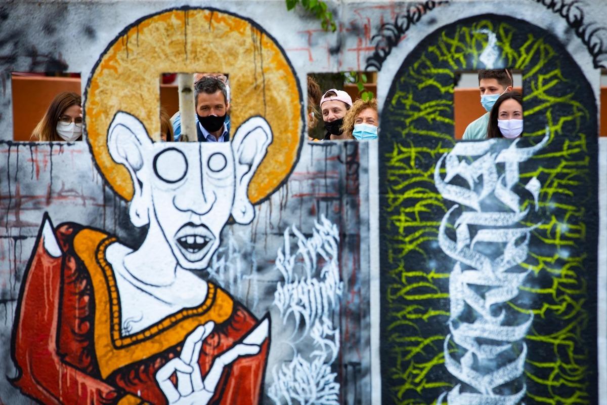 Un instant de la visita als murals de l'Espai Columba.