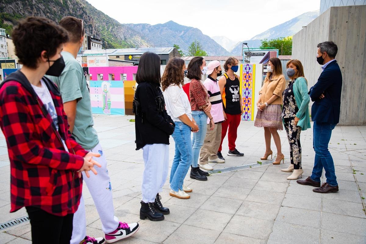 La ministra i els cònsols amb els joves autors dels murals.