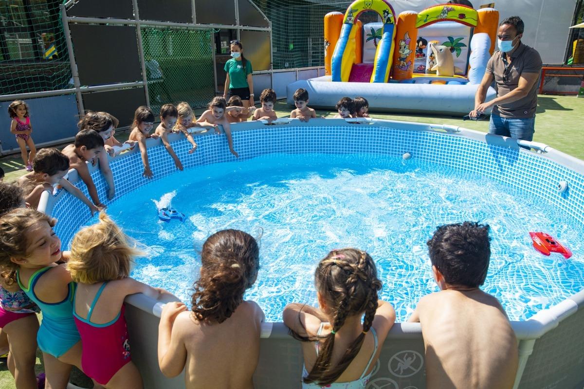 Infants en l'estrena de l'aquaparc amb el conseller Alain Cabanes.