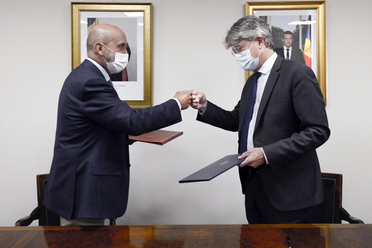 Benazet i Tribolet en el moment de signar l'acord.