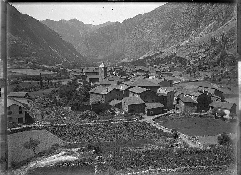 1914: la galeria de cal Cintet, perfectament visible a l'altre costat del campanar de Sant Esteve (Fons Areny-Plandolit / Arxiu Nacional)