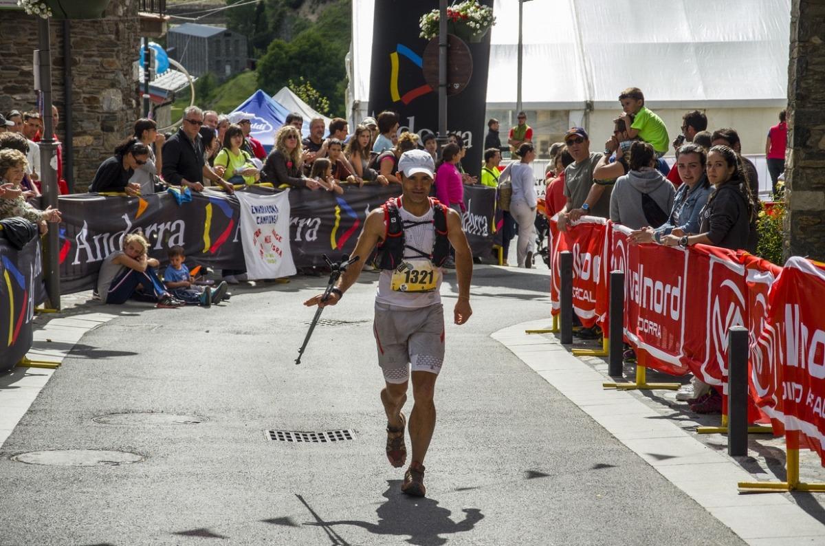 Un participant creua la meta, el curs passat, de l'Andorra Ultra Trail.