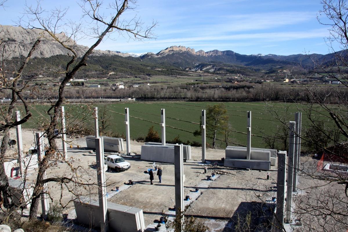 El nou rec de Peramola, amb el poble al fons.