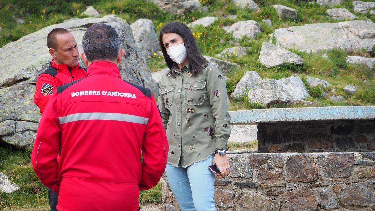 Laura Mas, cònsol major d'Encamp, amb els bombers.