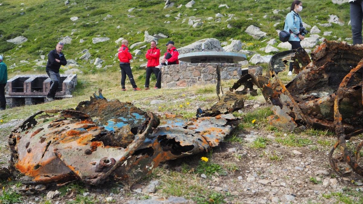 El bidó oxidat que els bombers han trobat a l'estany, avui al matí.