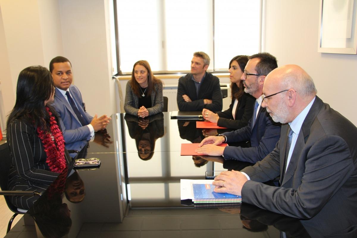 Una reunió de les autoritats nacionals amb membres del consell nacional per a l'adolescència i la infància de la República Dominicana.
