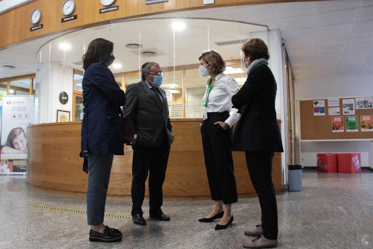 L'ambaixador d'Espanya a Andorra, Àngel Ros, amb la directora de l'Agora International School, Clara Pintat, a l'entrada del centre.