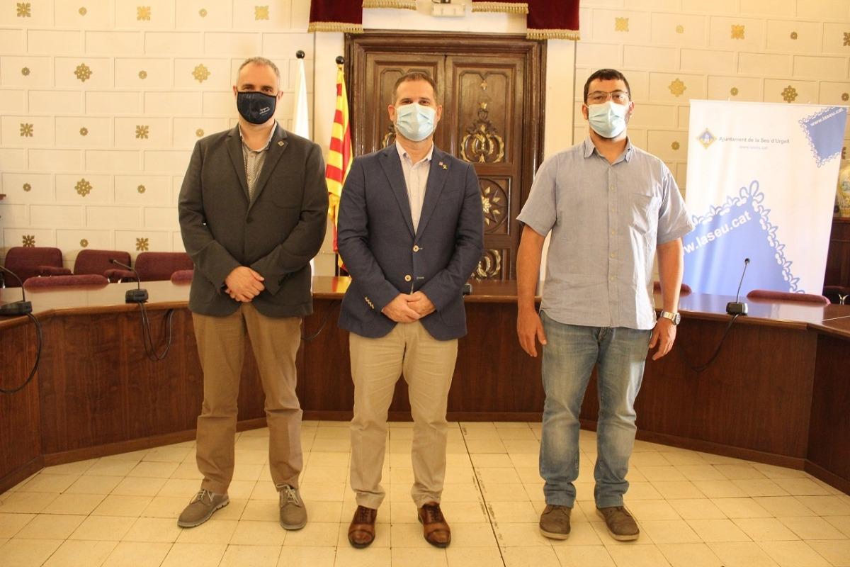 Pérez, entre l'alcalde Fàbrega i el vicealcalde Viaplana.