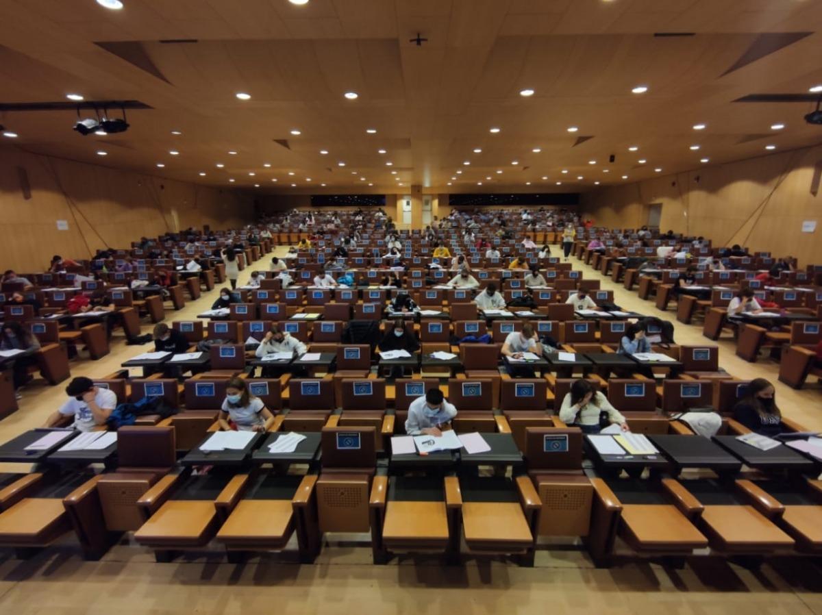 Els alumnes fent la prova de llengua catalana, aquesta tarda al Centre de Congressos.
