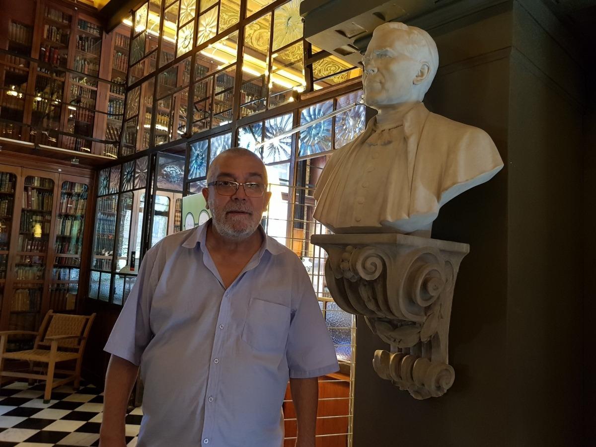 Àlvar Valls, davant del bust de Joan Crexells a l'Ateneu Barcelonès.