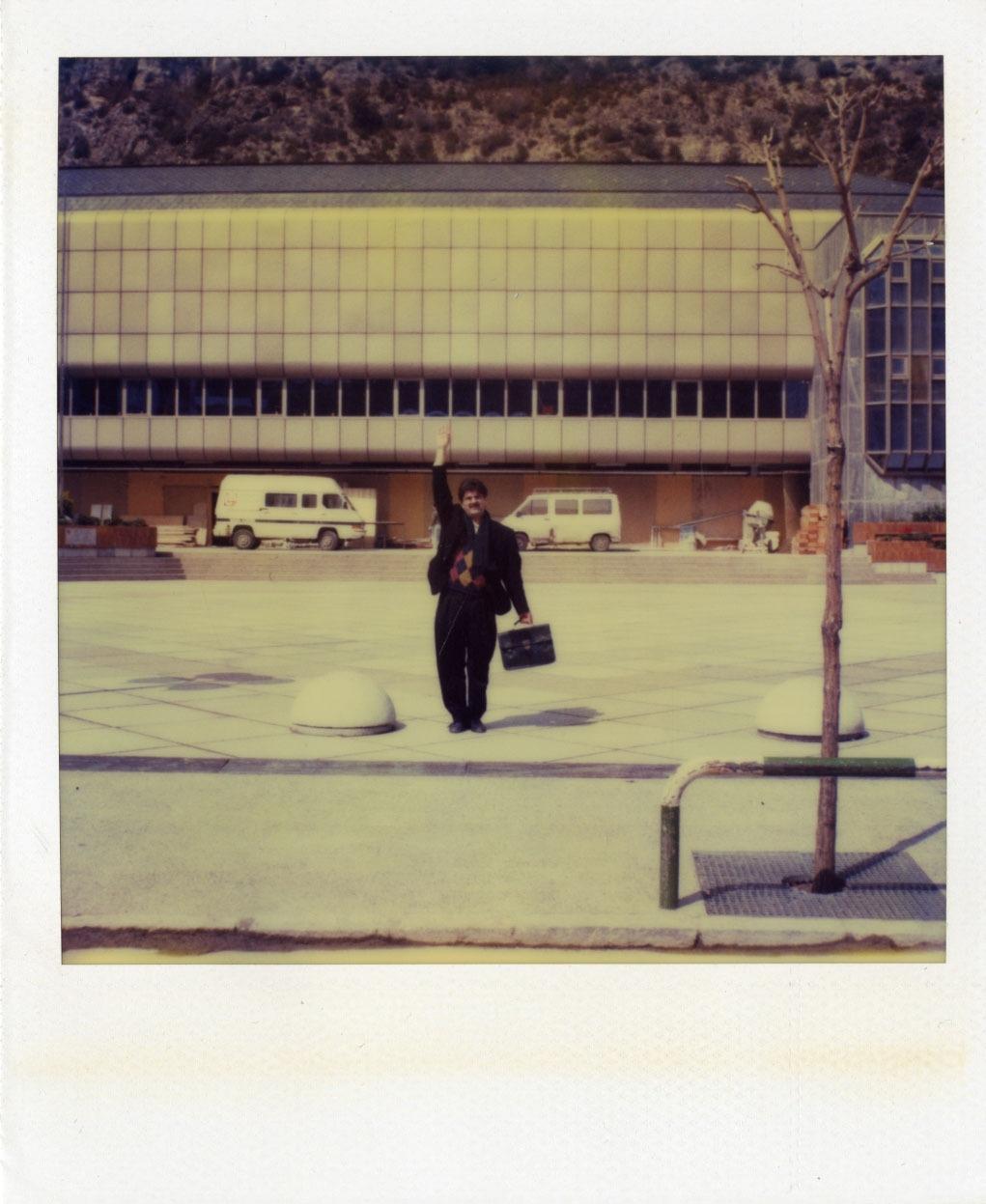 Amèrica Sánchez, el juny del 1992 a la plaça de la Germandat, assenyala la ubicació exacta del logotip, a la façana d'un Centre Cultural encara per acabar. Es va inaugurar al setembre d'aquell any.