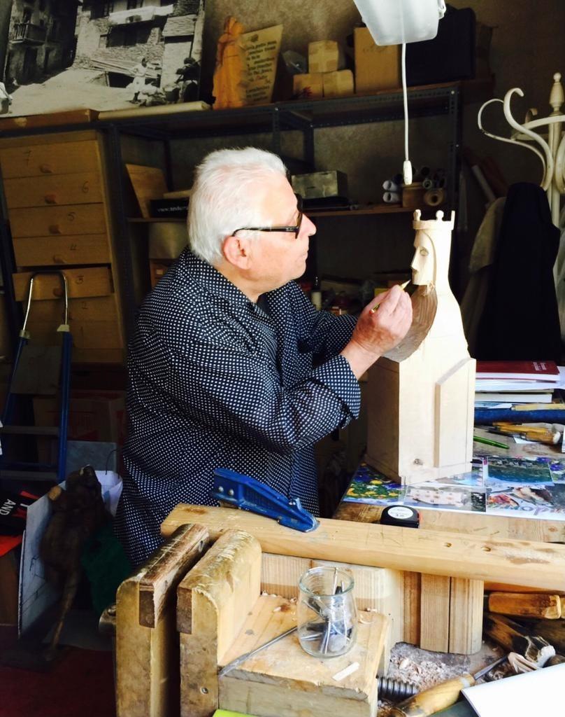Pla talla una marededeu, especialitat de la casa, al taller de la placeta Monjó: deu ser cap al 2010, diu Casi Arajol, client, amic i autor de la fotografia.