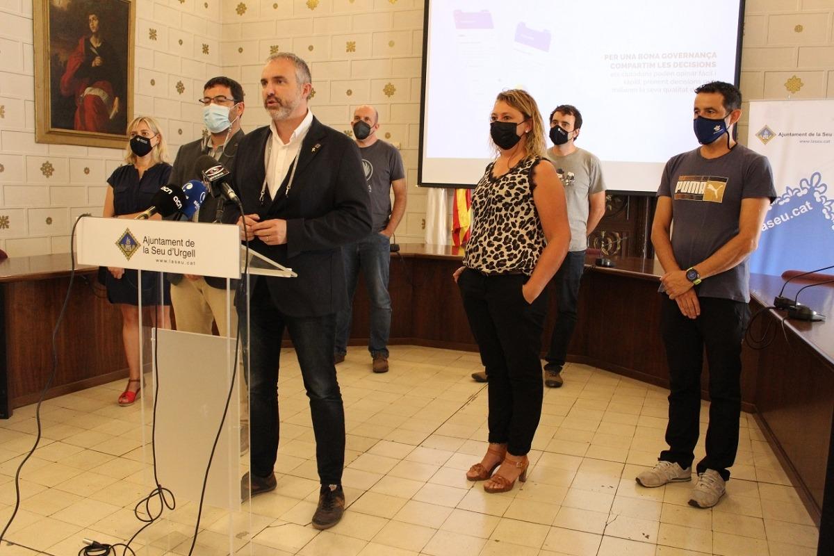 Ampli desplegament de l'equip de govern en la presentació de l'app a l'Ajuntament.