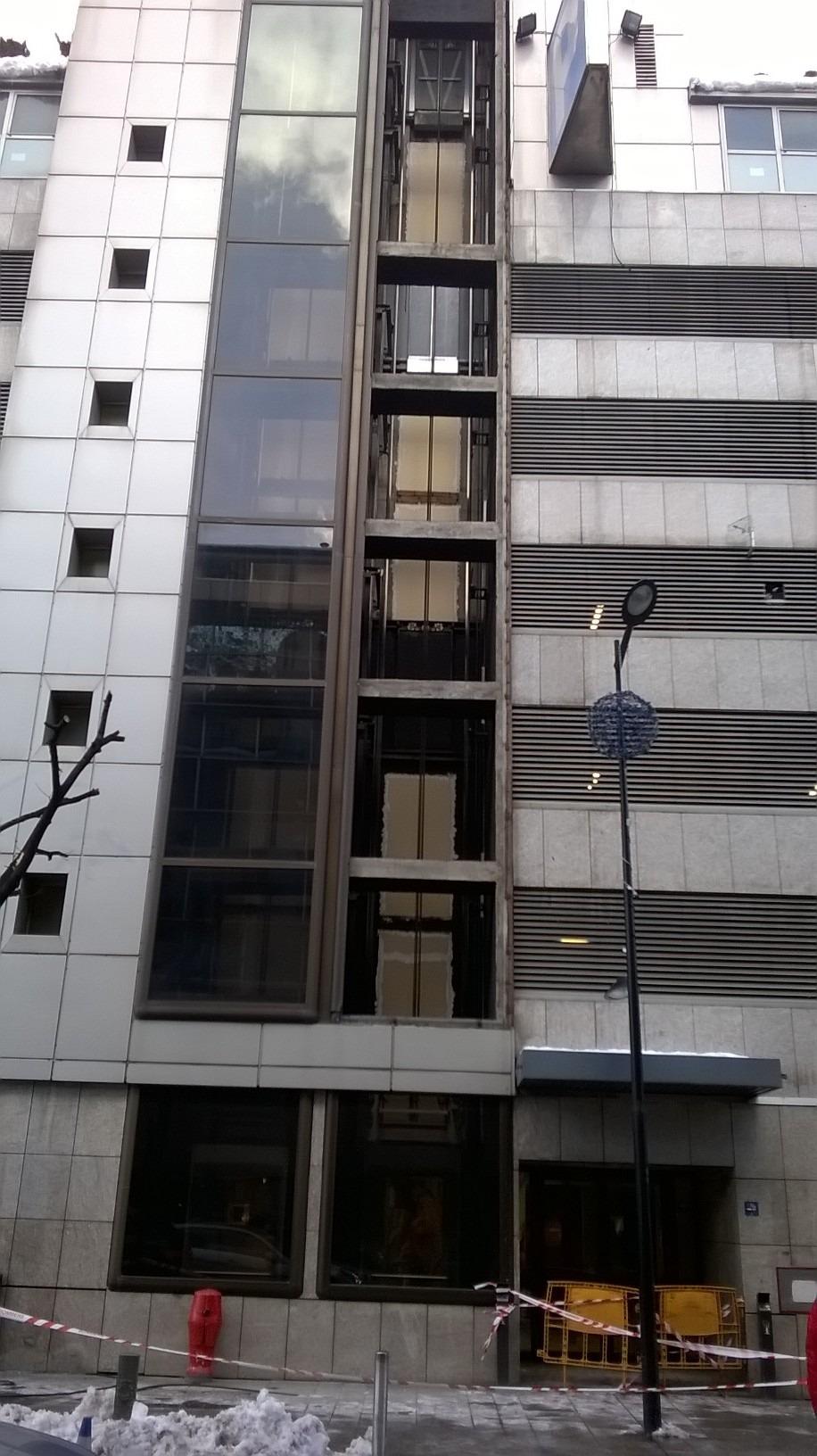 El fort vent trenca els vidres d'un dels ascensors que uneix Prat de la Creu amb la plaça del Poble