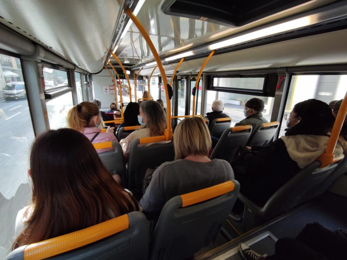 Passatgers a l'interior d'un autobús, ahir al matí.