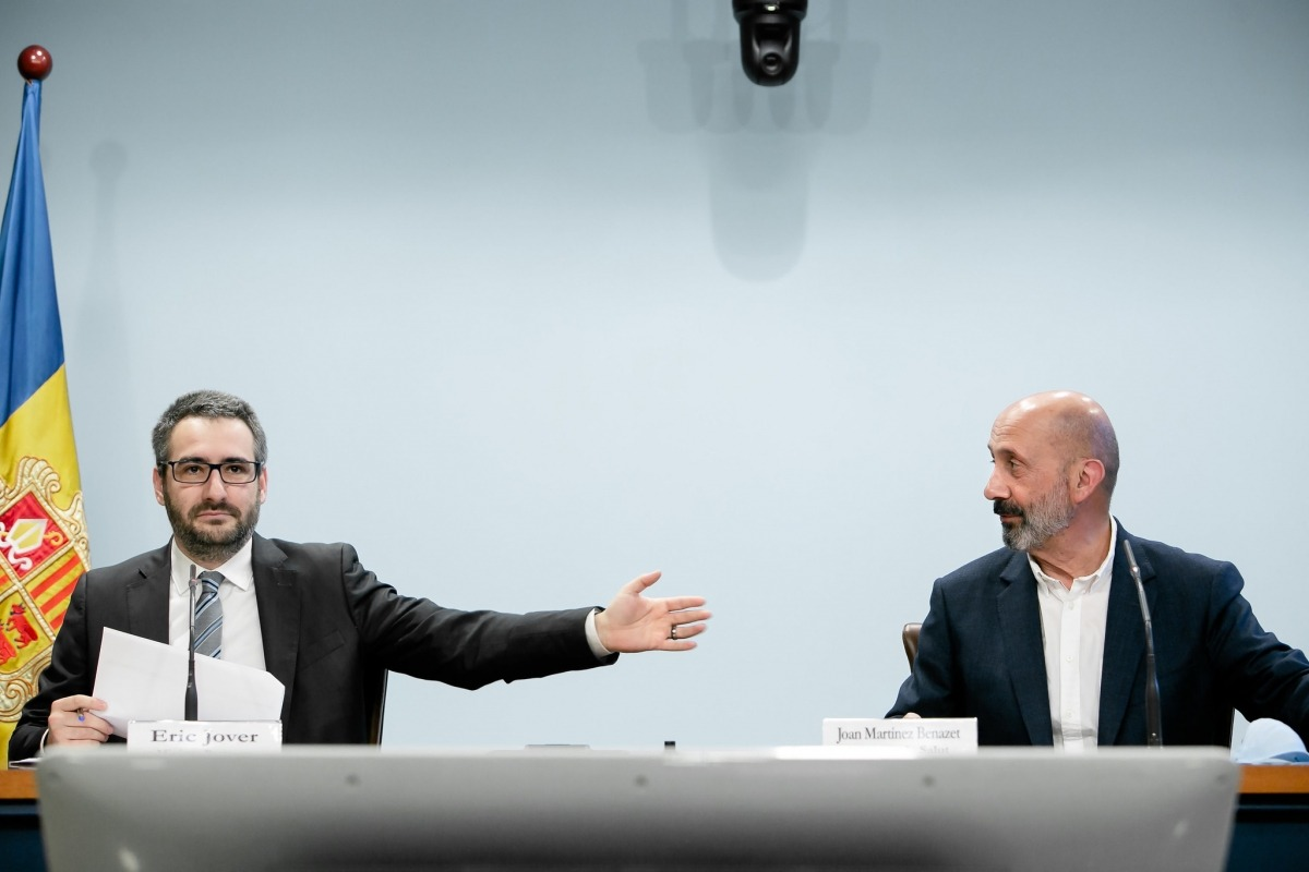 Els ministres Jover i Benazet, en la compareixença d'ahir a la sala de premsa de l'edifici administratiu.