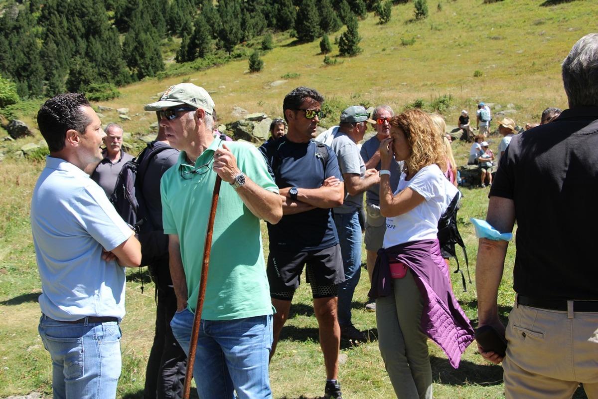 Les autoritats conversen durant l'acte de la benedicció del bestiar d'Ordino.