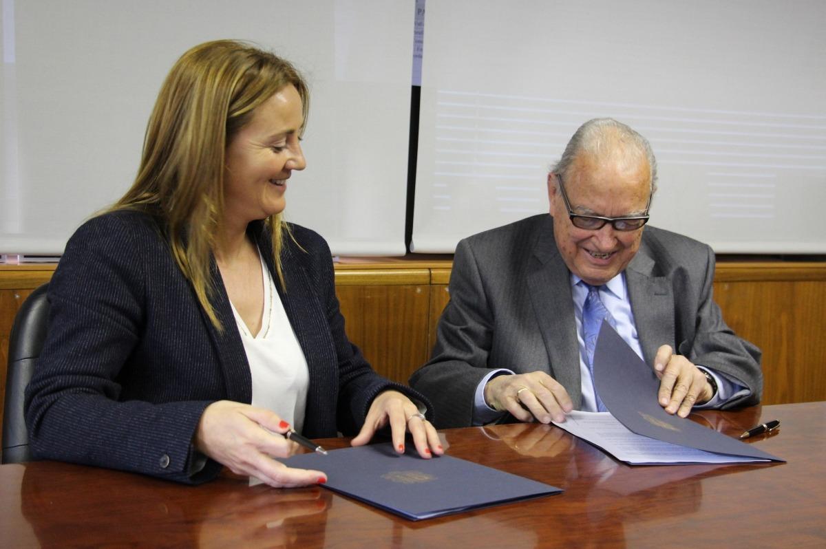 La ministra de Cultura, Olga Gelabert, i Pere Roquet, signen el conveni