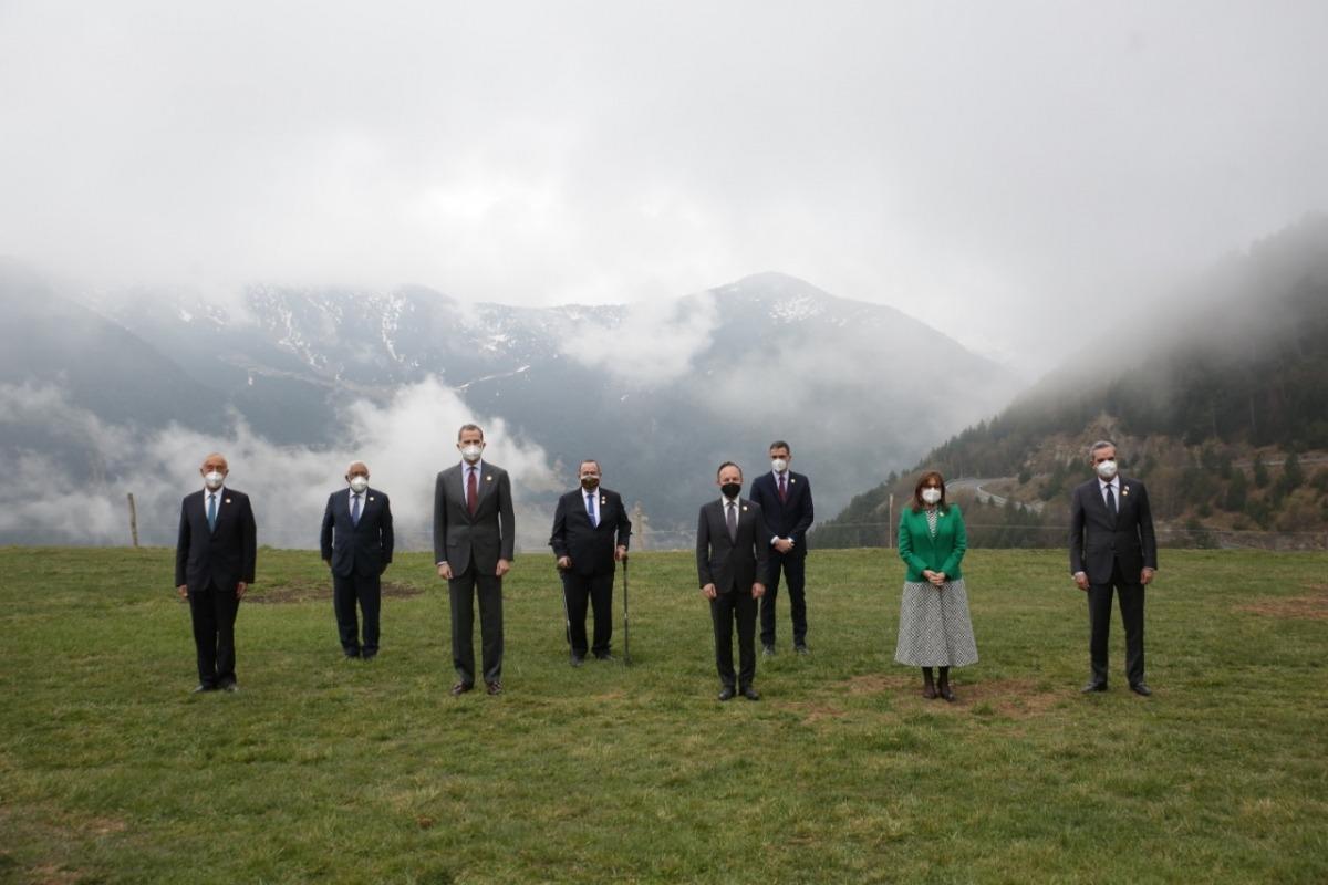 Els mandataris que són presents presencialment a la Cimera abans del dinar a la Borda del Pi.
