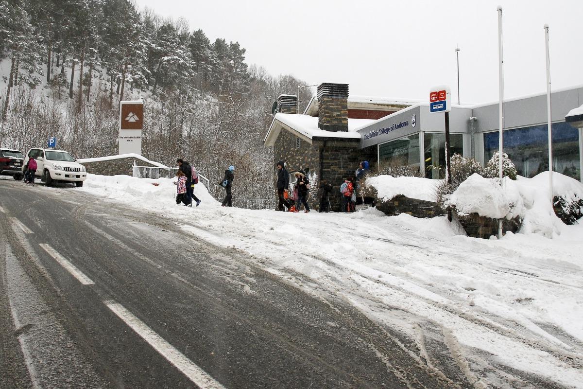 Entrada del centre educatiu a la Comella durant les nevades del gener del 2019.