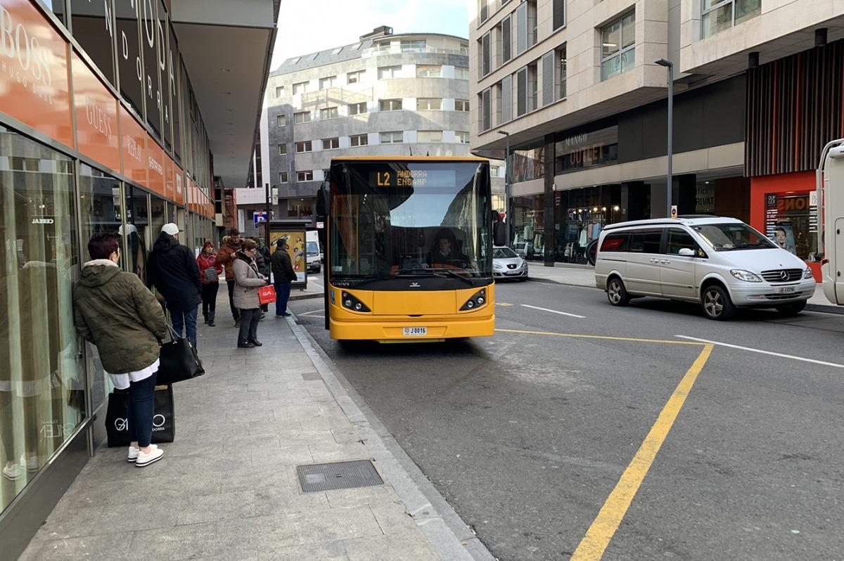 Un autobús arribant a la parada a la capital.