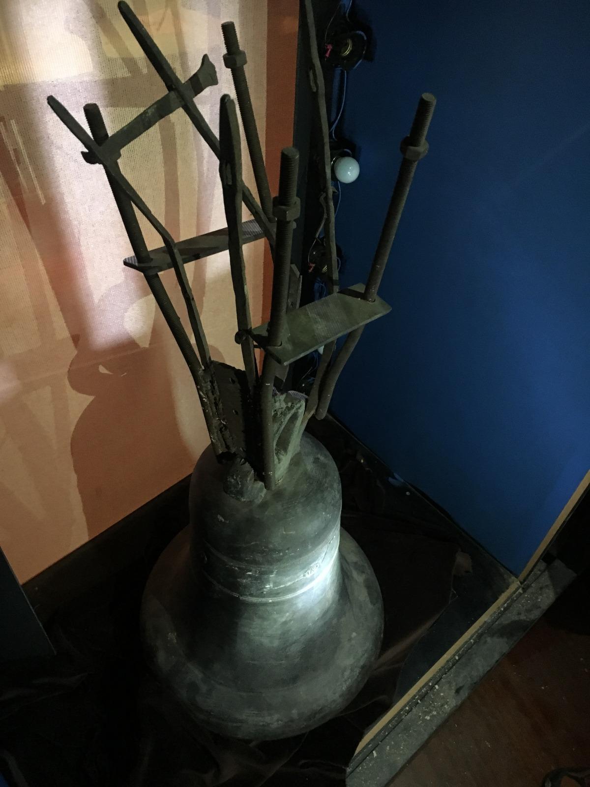 Els ganxos que subjectaven la campana al jou, que van sobreviure a l'incendi.