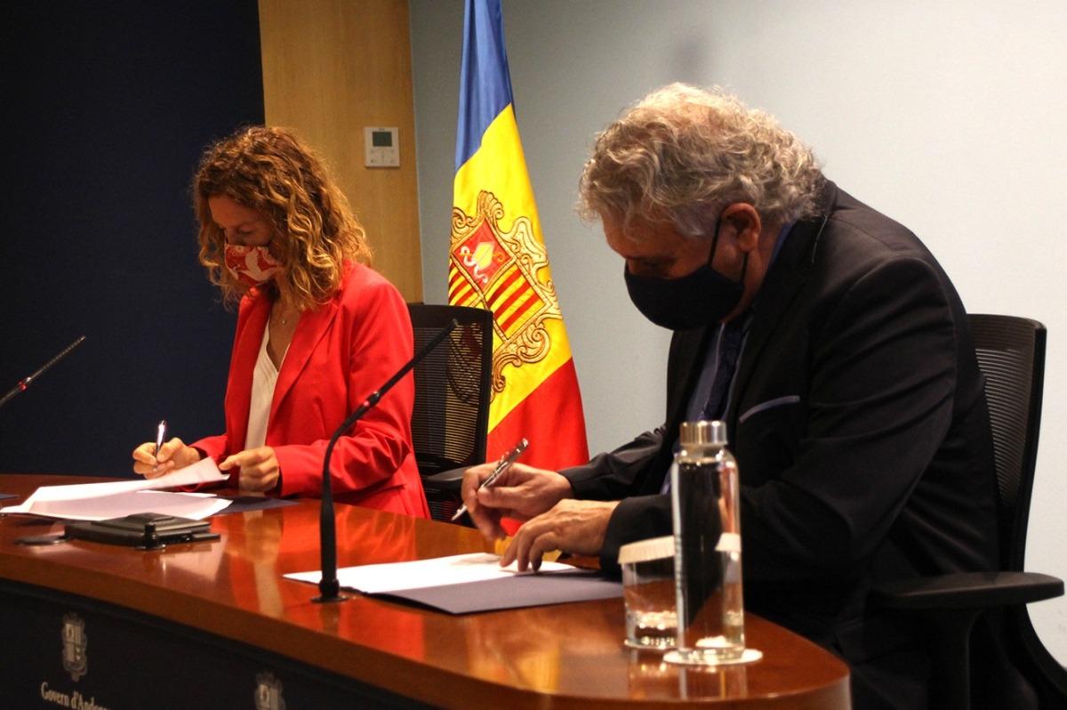 La ministra de Medi Ambient, Agricultura i Sostenibilitat, Sílvia Calvó, i el president de l'AGIA, Jordi Galobardas, signen els convenis.