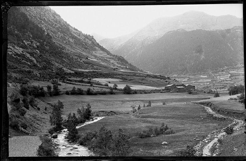 El camí ral a l'alçada de les Salines, al Serrat. La fotografia està datada entre el 1902 i el 1920.