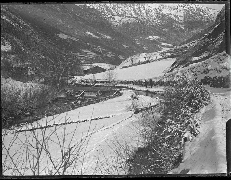 Atenció als dos homes amb l'escopeta a l'espatlla que circuclen pel tram del camí ral entre Ordino i Sorn`s, en algun moment entre el 1902 i el 1925.