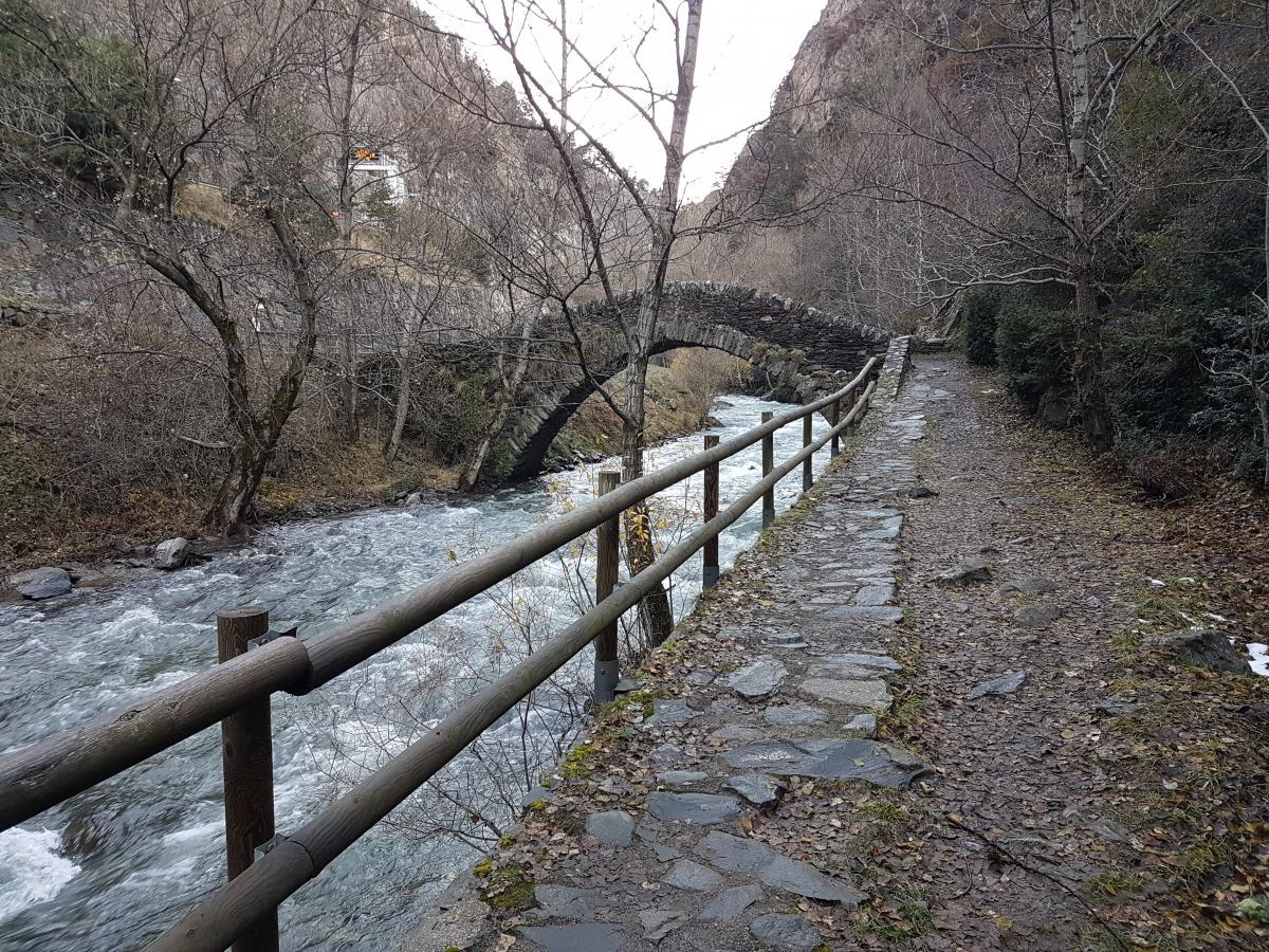 Cami real de Llorts, al pas per Sant Antoni de la Grella.