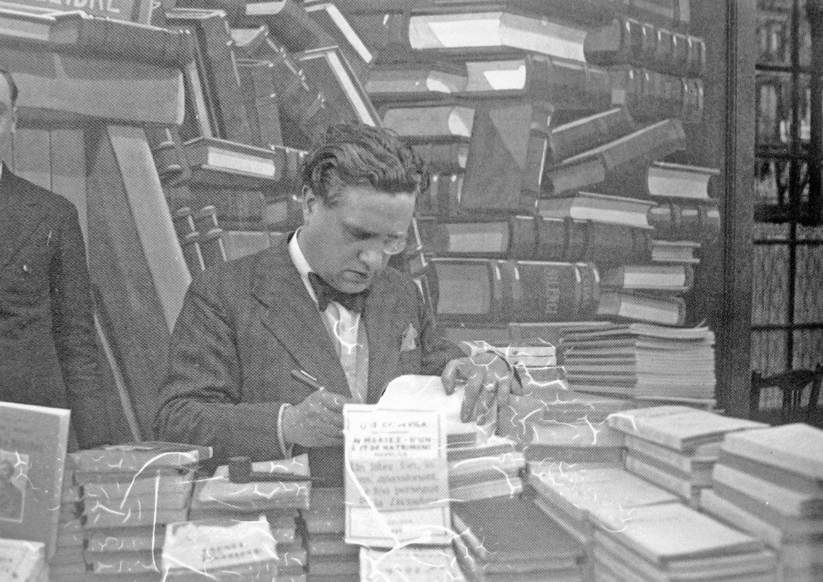 23 d'abril del 1931: Capdevila firma exemplars de 'Memòries d'un llit de matrimoni'. Havia estrenat 'Cançó d'amor...' el 1926.