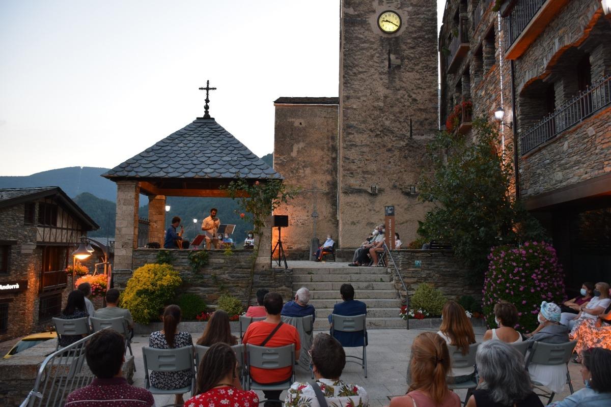 L'espectacle 'Son de la carabela' a la plaça Major d'Ordino.