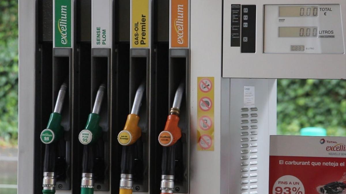 Assortidors de carburants en una estació de servei.