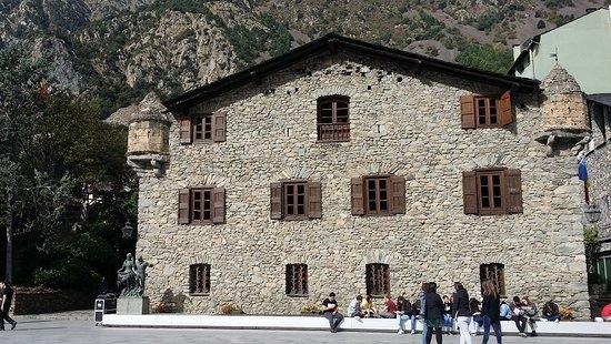 Casa de la Vall, un dels monuments més visitats del país.
