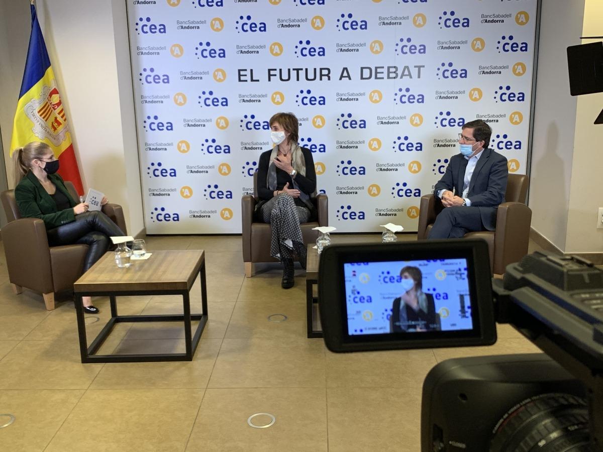 Un moment de la darrera taula rodona amb Assumpció Majoral i José María Roger.