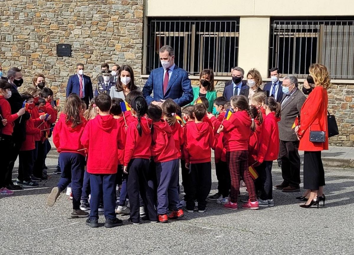 Els monarques espanyols atenen amb els alumnes de Primària del col•legi Maria Moliner.