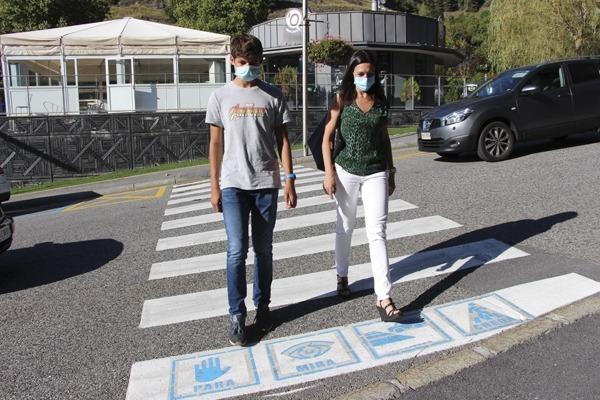 Eva Choy creuant el pas de vianants amb un jove