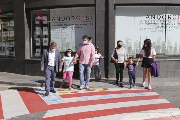Josep Majoral amb un grup de nens i nenes