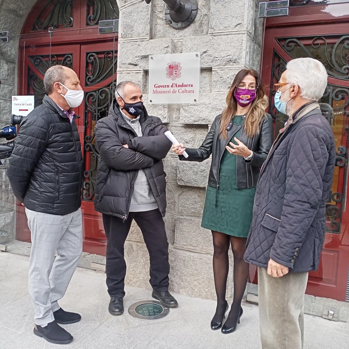 La ministra de Cultiura, amb Xavier Llovera, Albert Roig i Francesc Rodríguez a la sortida de la reunió del Consell Assessor del Patrimoni que va tenir lloc ahir al Rosaleda.