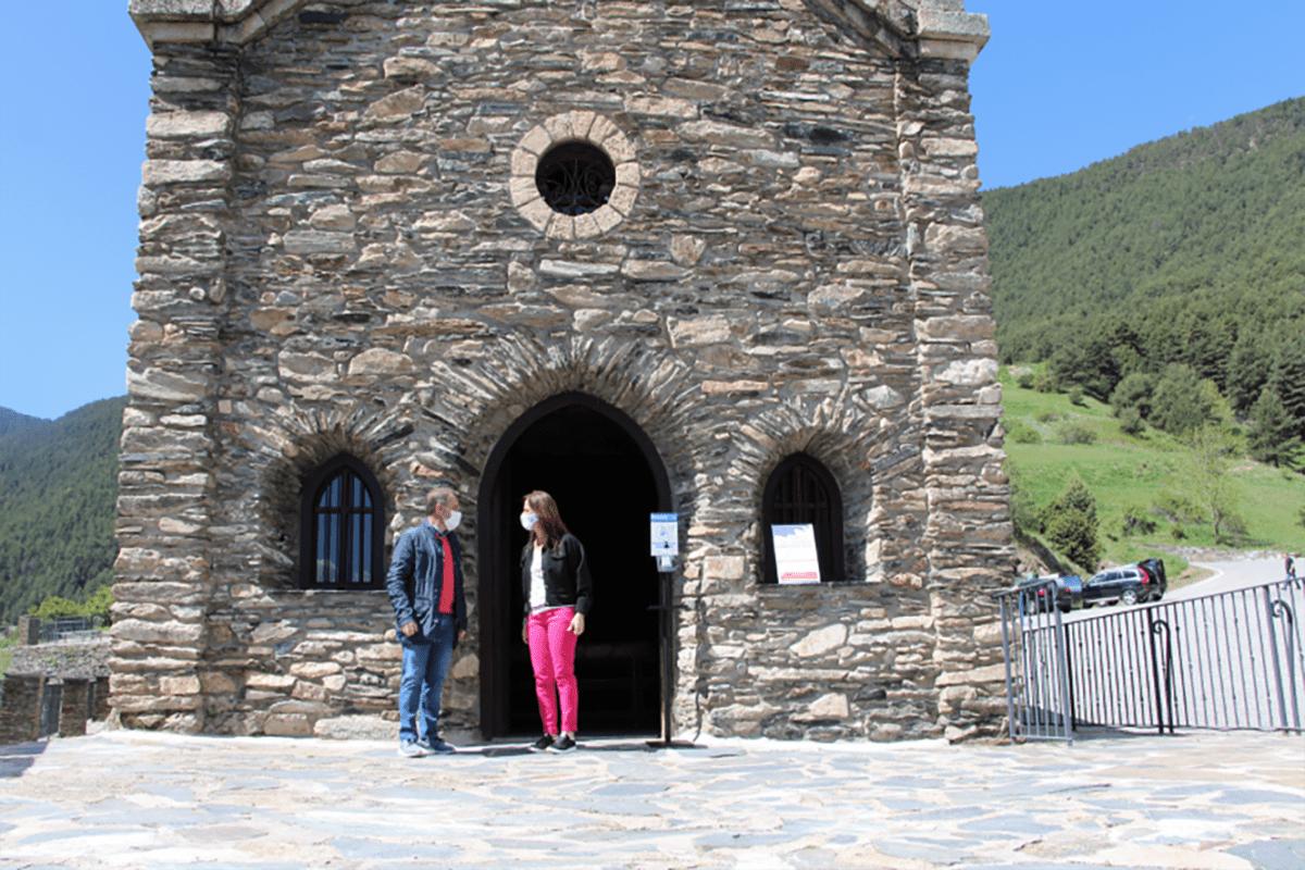 Els cònsols major i menor de Sant Julià de Lòria, Josep Majoral i Mireia Codina, al Santuari de Canòlich.