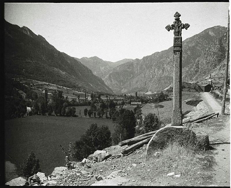 La Creu Grossa d'Andorra la Vella, on el camí ral es bifurcava: un ramal anava s''enfilava per sant Andreu cap a la Massana;l'altre seguia fins a Escaldes. La fotografia és del 1930. L'original de la Creu Grossa es conserva avi al Comú. La que hi ha a Bisbe Iglesias és una rèplica contemporània.