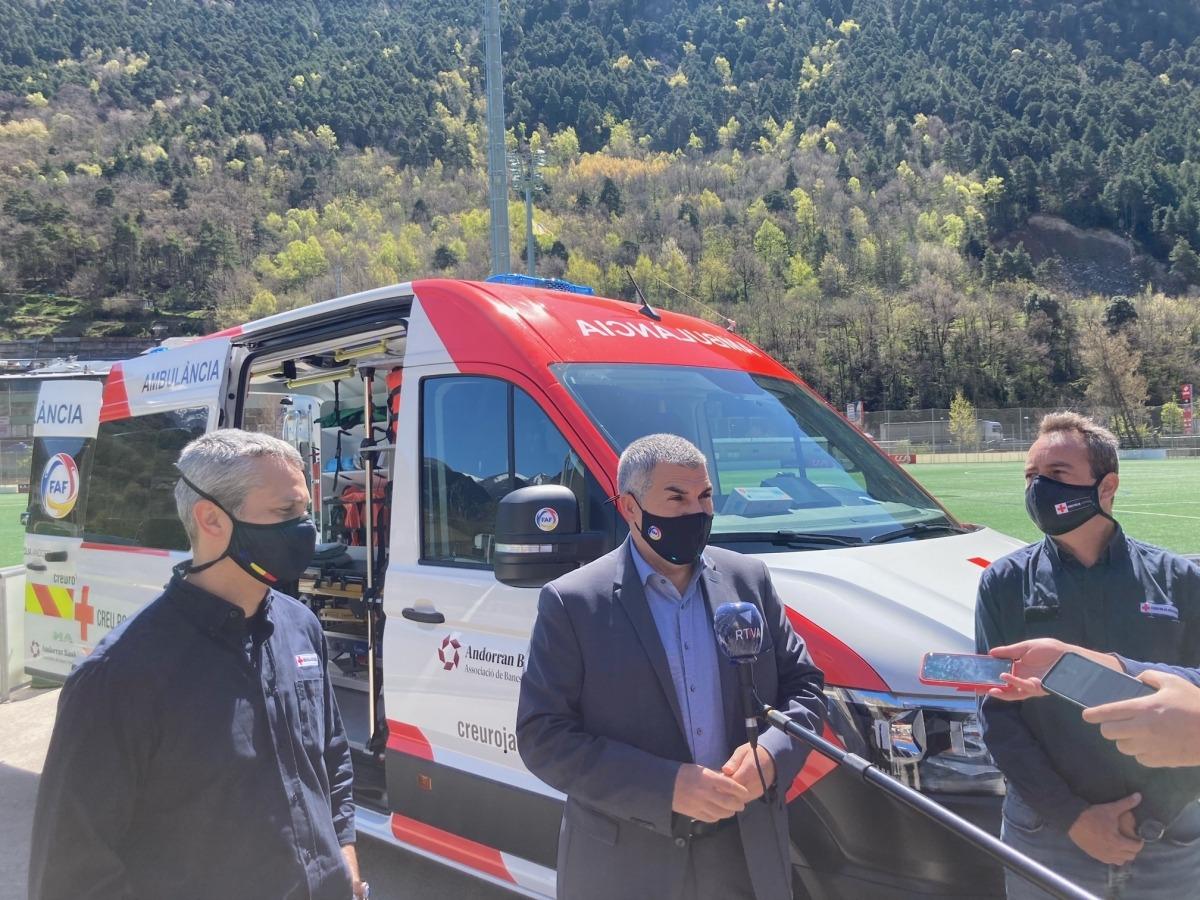 Fernández, Álvarez i Fenoll amb el vehicle adquirit per Creu Roja gràcies a l'acord amb la FAF.
