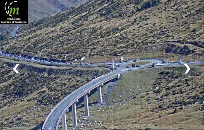 Les càmeres de Mobilitat registren les primeres retencions de vehicles per sortir del país.