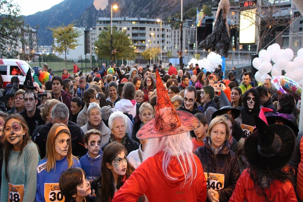 Més de 350 persones participen en la cursa 1.609 metres de Halloween